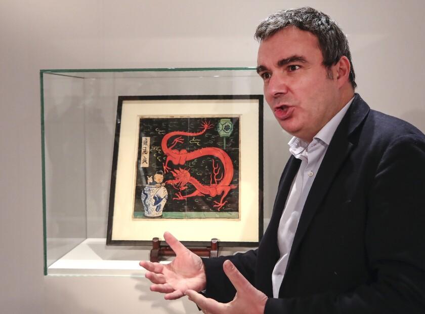 El experto en arte Eric Leroy conversa durante una entrevista sobre el dibujo original de 1936