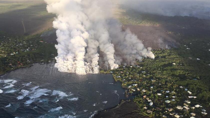 Uno de los cráteres del volcán Kilauea de Hawái, que entró en erupción hace un mes, está experimentando un hundimiento hacia adentro de sus paredes y su borde, según informó hoy el Servicio Geológico de Estados Unidos (USGS). EFE/ Fotografía facilitada por Observatorio de Volcanes de Hawái del Servicio Geológico de EE.UU. SOLO USO EDITORIAL. PROHIBIDA SU VENTA