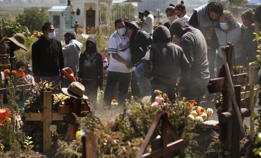 Parientes entierran a Isaac Nolasco, quien falleció por motivos al parecer no relacionados con el COVID-19