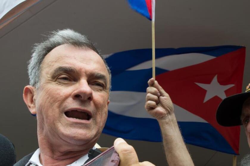 Ramón Saúl Sánchez, presidente del Movimiento Democracia, habla durante una manifestación. EFE/Giorgio Viera/Archivo