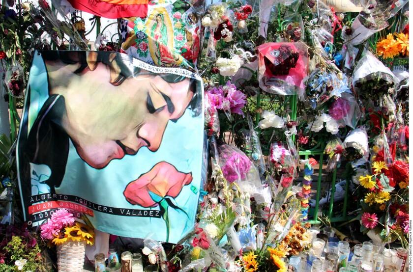 Seguidores del Juan Gabriel dejaron flores y mantas para recordarlo.