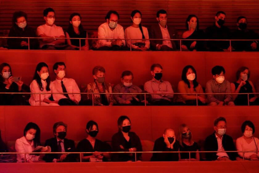 La gente está sentada en un entrepiso