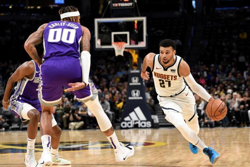 El escolta Jamal Murray (d) de Denver Nuggets se dirige a la cesta ante el pívot Willie Cauley-Stein (c) y el escolta De'Aaron Fox (i) de Sacramento Kings durante un juego entre Denver Nuggets y Sacramento Kings, en el Pepsi Center de Denver, Colorado (EE. UU.). EFE