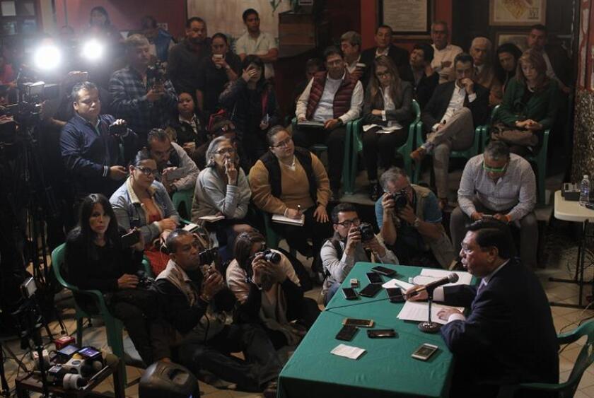 El exgobernador del estado mexicano de Michoacán, Jesús Reyna García (d), durante una conferencia de prensa en la ciudad de Morelia (México) hoy, miércoles donde informó que demandará a las autoridades que lo encarcelaron cuatro años y ocho meses acusado de vínculos con el grupo criminal Los Caballeros Templarios. EFE