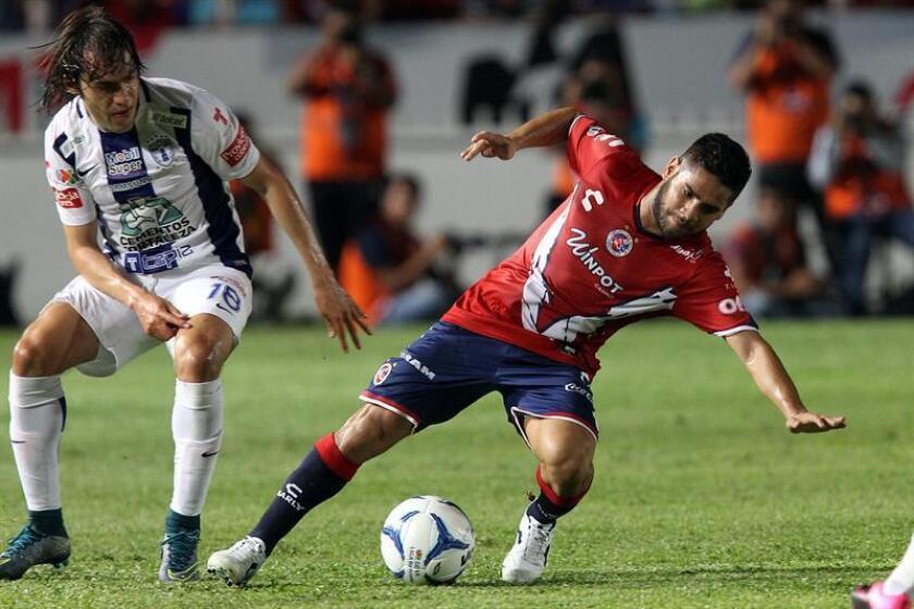 El delantero argentino Daniel Villalba (d), del Veracruz del fútbol mexicano, aseguró hoy que para huir del descenso, su equipo debe preocuparse por sí mismo y no tanto por el Lobos Buap, su rival en la lucha por la permanencia. EFE/Archivo