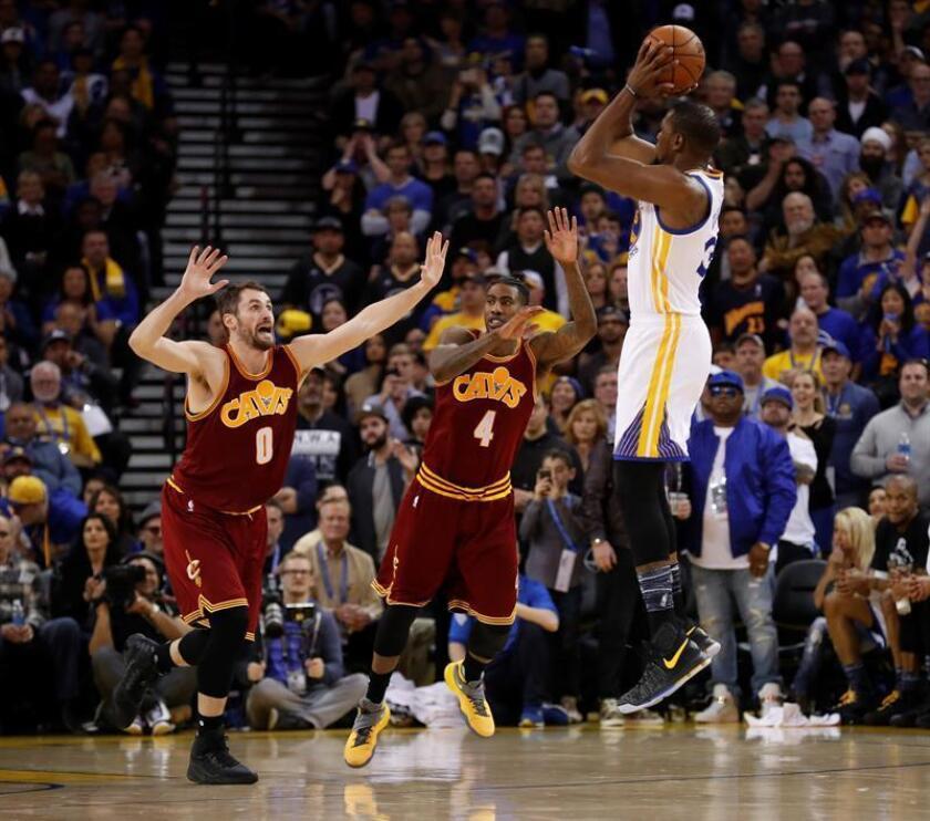 El jugador Kevin Durant (d) de Golden State Warriors en acción ante Kevin Love (i) y Iman Shumpert (c) de Cleveland Cavaliers durante su partido de este miércoles. EFE