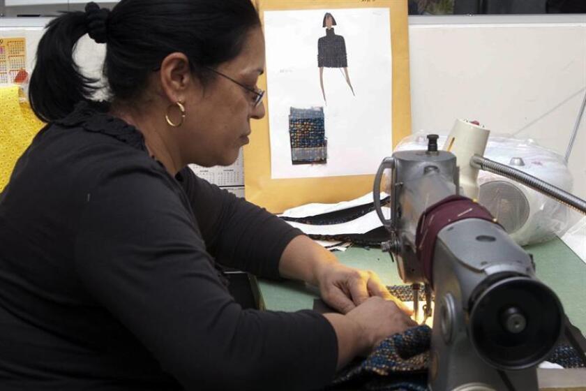 """Las fábricas textiles de Los Ángeles, donde trabajan muchos inmigrantes, son sucias, mal ventiladas, con poca seguridad y """"visitadas"""" por ratas y ratones según un estudio presentado hoy por la Universidad de California Los Ángeles (UCLA) que denuncia este aspecto poco elegante de la moda. EFE/ARCHIVO"""
