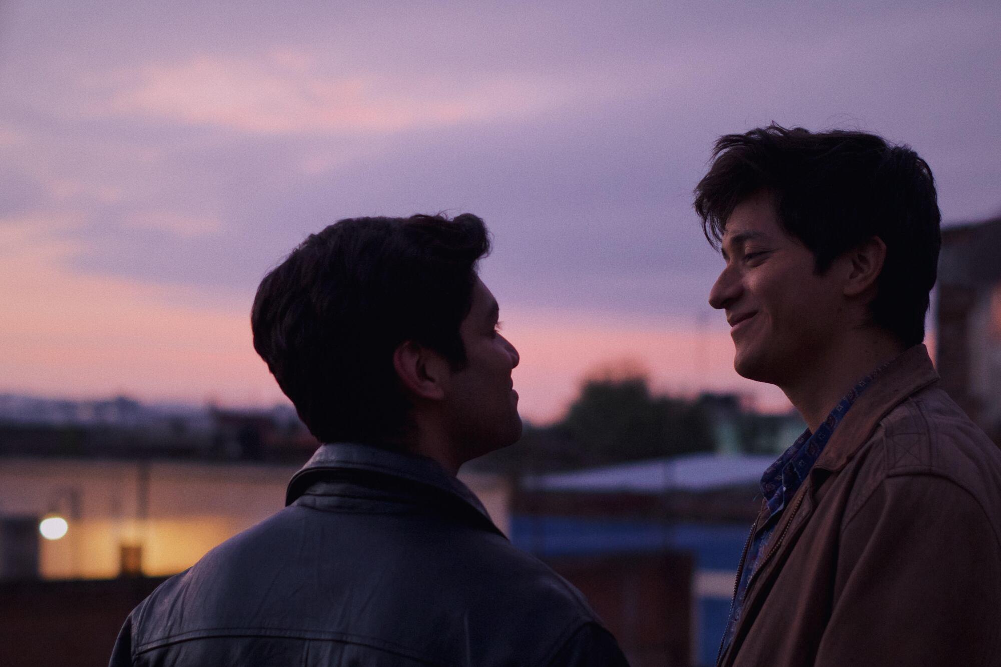 "Armando Espitia (izq.) y Christian Vázquez en una escena de ""Te llevo conmigo""."
