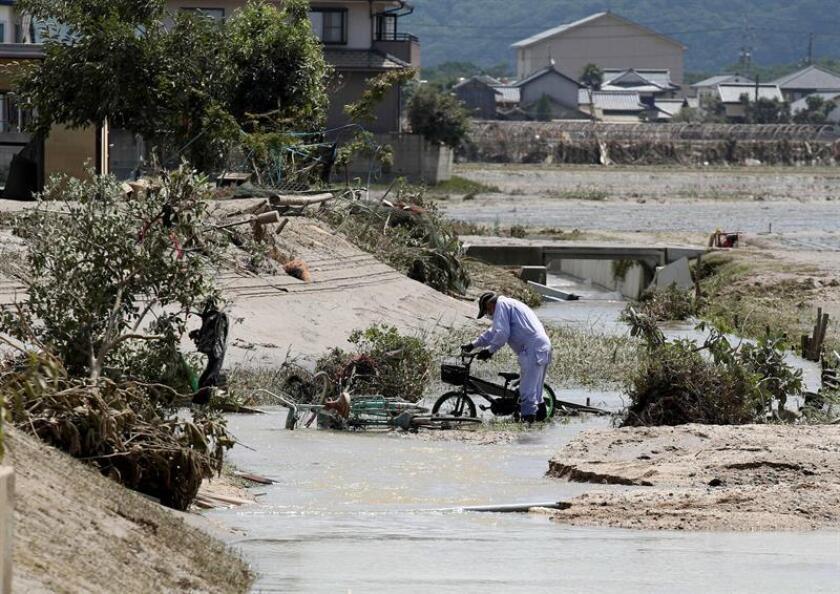 Un anciano saca una bicicleta del barro en una zona arrasada por las inundaciones en la localidad de Kurashiki, prefectura de Okayama (Japón) hoy, 10 de julio de 2018. EFE/ Jiji Press PROHIBIDO SU USO EN JAPÓN/ SOLO USO EDITORIAL PROHIBIDO SU ARCHIVO