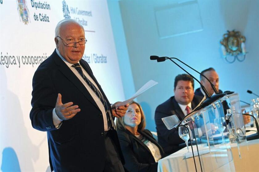 """El exministro de Asuntos Exteriores Miguel Angel Moratinos, durante la conferencia """"Dimensión estratégica y cooperación: Campo de Gibraltar"""" ,que pronunció en San Roque (Cádiz), donde fue presentado por el primer ministro de Gibraltar, Fabian Picardo .EFE/Archivo"""