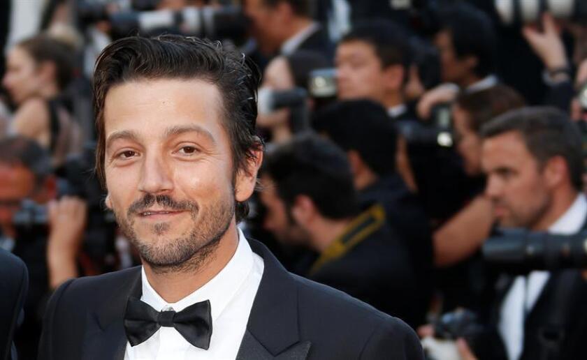 El actor mexicano Diego Luna posa a su llegada para la ceremonia por el Aniversario 70 del Festival de Cine de Cannes. EFE/Archivo