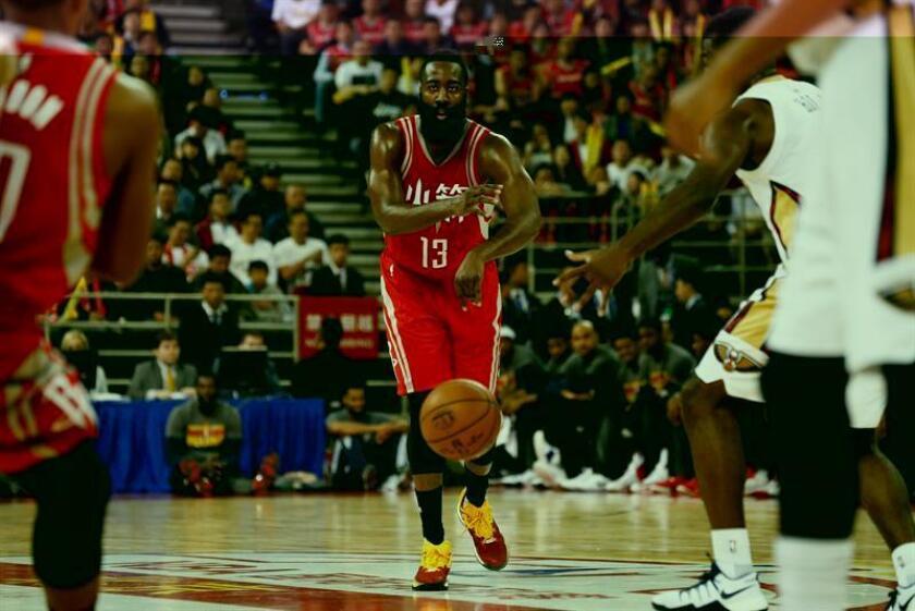 El jugador de los Houston Rockets, James Harden (c) pasa el balón durante un partido de la NBA. EFE/Archivo