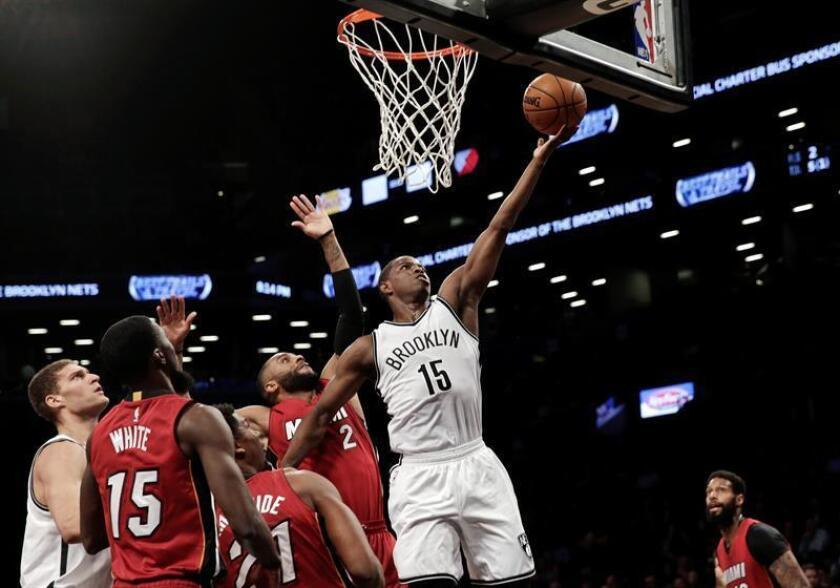 El jugador Isaiah Whitehead (c) de Brooklyn Nets en acción este miércoles 25 de enero de 2017, durante un partido entre Miami Heat y Brooklyn Nets de la NBA, que se disputa en el Barclays Center en Brooklyn, Nueva York (Estados Unidos). EFE