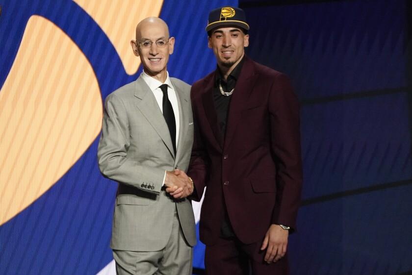 En foto del 29 de julio del 2029, Chris Duarte posa con el comisionado de la NBA Adam Silver tras convertirse en la 13ma selección del Draft de los Pacers de Indiana en Nueva York. El miércoles 4 de agosto del 2021, Duarte firmó su contrato con los Pacers antes del inicio de la Liga de Verano. (AP Photo/Corey Sipkin)