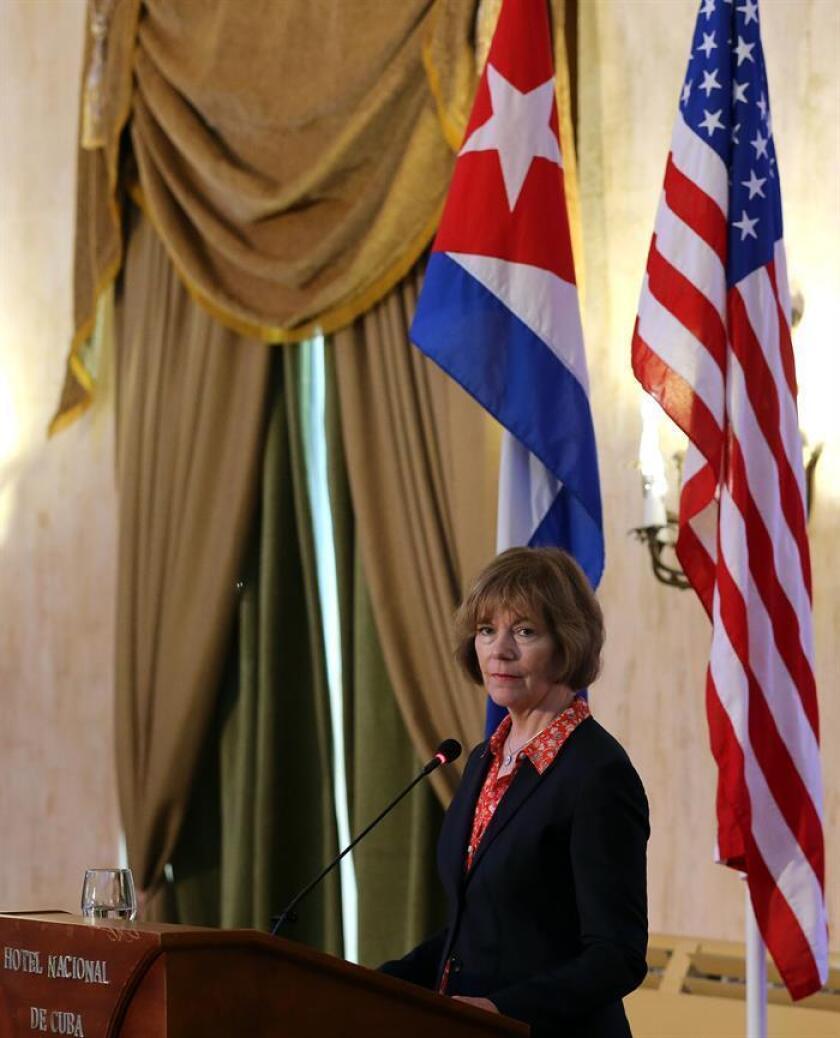 Fotografía de Tina Smith, que reemplaza temporalmente al también demócrata Al Franken, quien renunció tras ser acusado de acoso sexual. EFE/Archivo