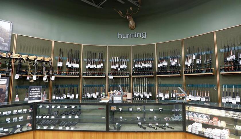 Vista del departamento de armas de Dick's Sporting Goods en Danvers, Massachusetts (Estados Unidos). EFE/Archivo
