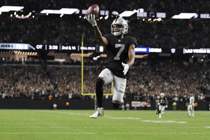 El receptor Zay Jones (7) de los Raiders de Las Vegas celebra tras anotar el touchdown para vencer a los Ravens de Baltimore, el lunes 13 de septiembre de 2021, en Las Vegas. (AP Foto/David Becker)