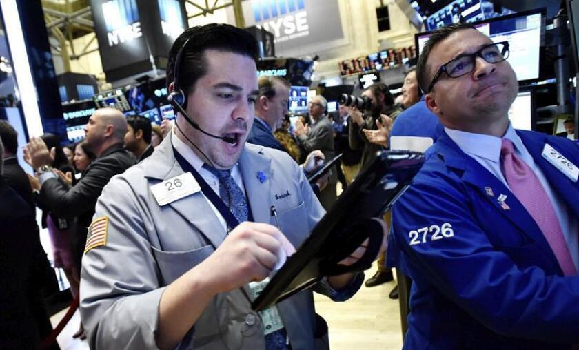 Agentes de cambio y bolsa trabajan en el parqué neoyorquino al inicio de la sesión del día, en Nueva York, EE.UU. EFE/Archivo