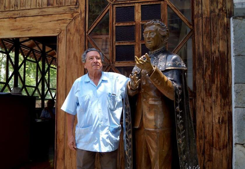"""El hijo del poeta Juan José Arreola posa en entrevista con Efe hoy, viernes 21 de septiembre de 2018, en Guadalajara (México). A un siglo del natalicio del escritor mexicano Juan José Arreola (1918-2001), su hijo, Orso Arreola indicó a Efe que aún """"hay muchos mitos"""" sobre la vida y obra de su padre, como """"que él nada más estudió hasta tercer año o cuarto de primaria"""", lo que ha desmentido tras años de investigación. EFE"""