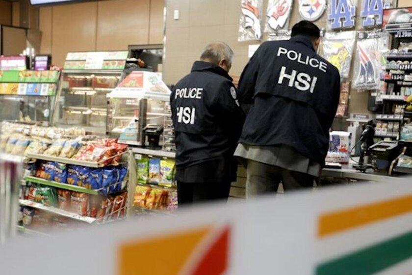 Dos agentes de ICE en una tienda 7 Eleven, durante un operativo en Los Ángeles.