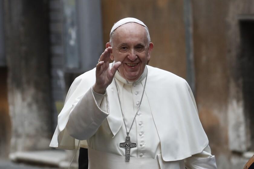 El papa Francisco saluda a su llegada a misa en la Iglesia del Espíritu Santo, en Roma.
