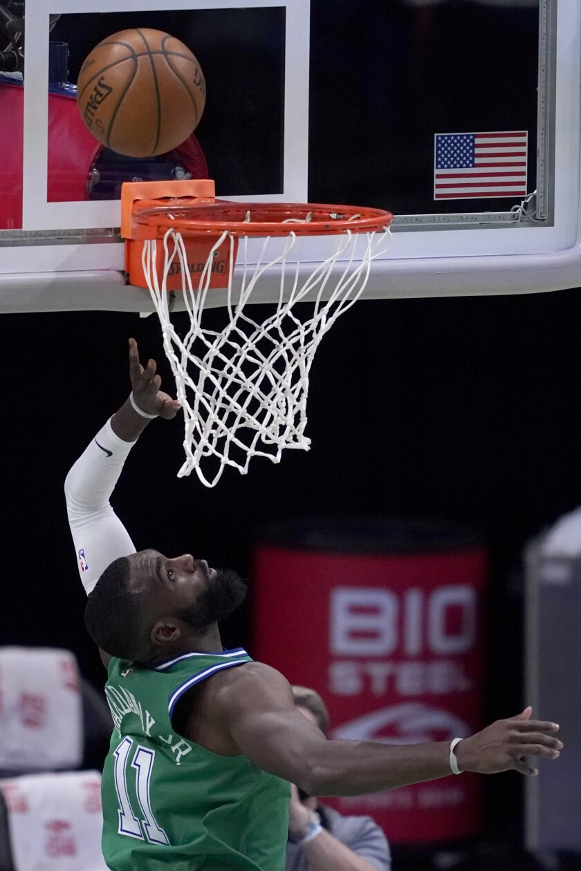 Tim Hardaway Jr. de los Mavericks de Dallas voltea hacia arriba mientras lanza el balón para anotar en el encuentro ante los Grizzlies de Memphis del lunes 22 de febrero del 2021. (AP Photo/Tony Gutierrez)