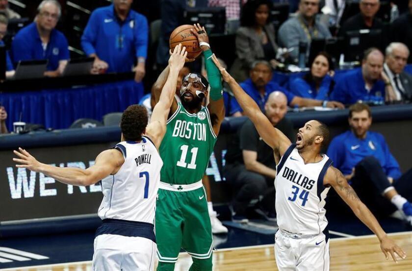 En la imagen un registro de Kyrie Irving (c), base de los Celtics de Boston, quien aportó 23 puntos en el triunfo de su equipo 97-90 sobre los Mavericks de Dallas. EFE/Archivo