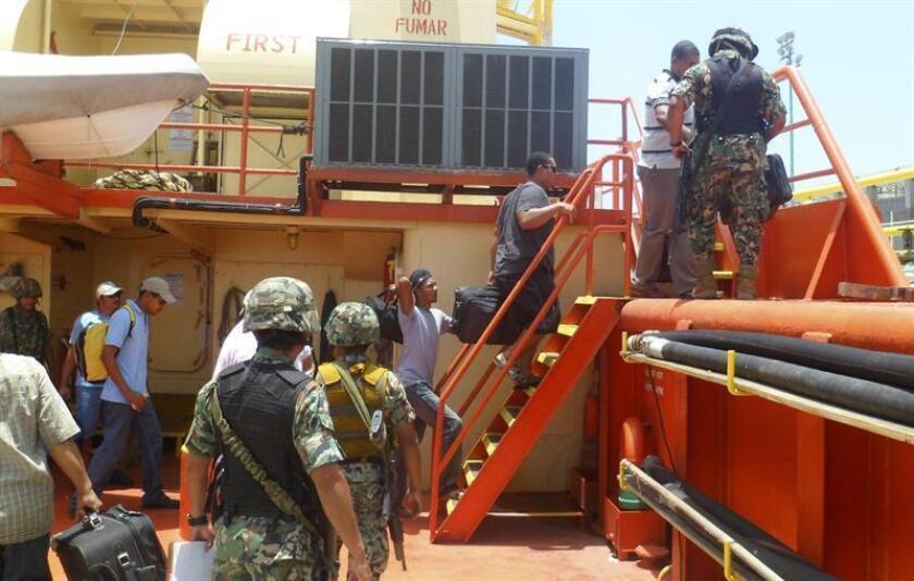 Imagen cedida por la Secretaría de Marina (Semar) el 26 de julio de 2012, de la detención de nueve tripulantes, al parecer de nacionalidad hondureña, por posible robo de hidrocarburos. EFE/Archivo