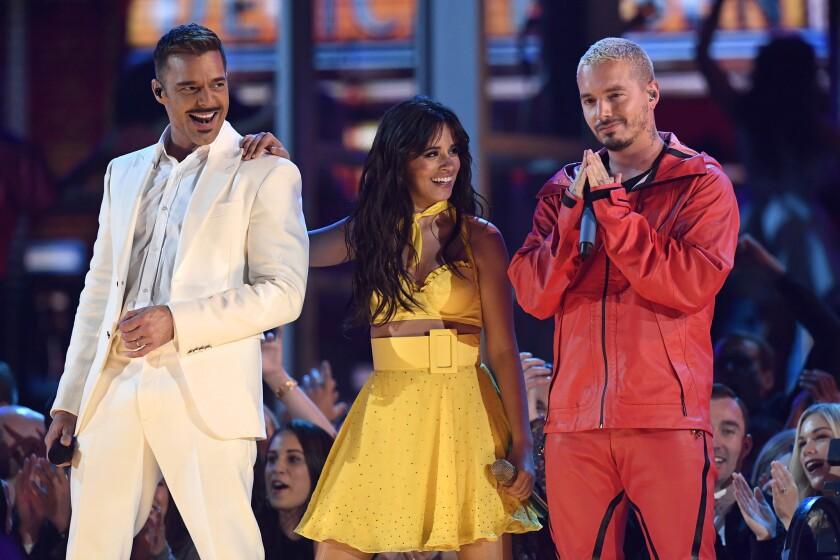 Ricky Martin, Camila Cabello y J Balvin en el escenario del Grammy, que se desarrolla en el Staples Center de LA Live.