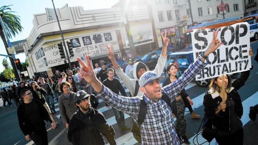 Casi tres cuartas partes de los votantes dicen que las relaciones raciales son excelentes o buenas en sus vecindarios. Pero un poco menos de la mitad de los votantes mantienen esa misma opinión sobre todo California, y apenas una cuarta parte dice que las relaciones raciales a nivel nacional son excelentes o buenas. Arriba, los manifestantes marchan en Hollywood en diciembre.