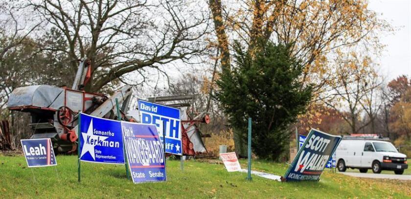 Vista de carteles electorales hoy, lunes 5 de noviembre de 2018, en una intersección del condado de Kenosha, estado de Wisconsin (EE. UU.). EFE/Archivo