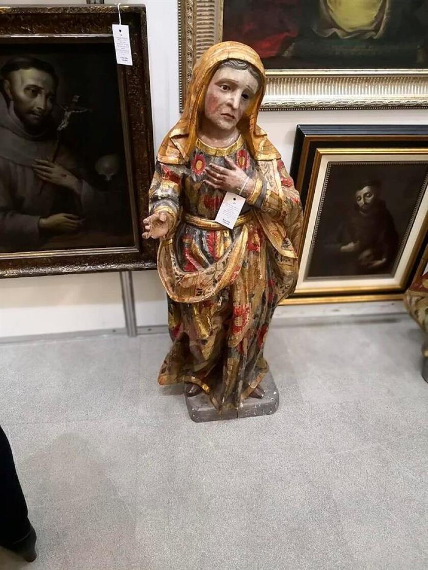 Fotografía cedida por la Procuraduría General de la República (PGR) hoy, que muestra esculturas y cuadros de arte sacro recuperados en Ciudad de México (México). EFE/PGR/SOLO USO EDITORIAL