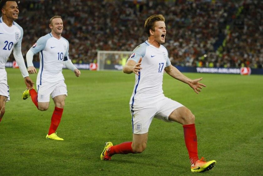 Eric Dier (derecha) festeja tras adelantar en el marcador a Inglaterra ante Rusia en el partido por el Grupo B de la Eurocopa en Marsella, Francia, el sábado 11 de junio de 2016. (AP Foto/Kirsty Wigglesworth) ** Usable by HOY, ELSENT and SD Only **