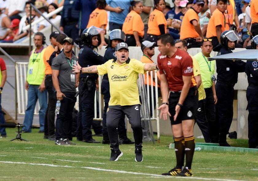 El técnico argentino de Dorados de Sinaloa, Diego Armando Maradona, reacciona ante Zacatepec durante el juego correspondiente a la jornada 11 del torneo de Ascenso MX, en el estadio Coruco Díaz, en Zacatepec, en el estado de Morelos (México). EFE/Archivo
