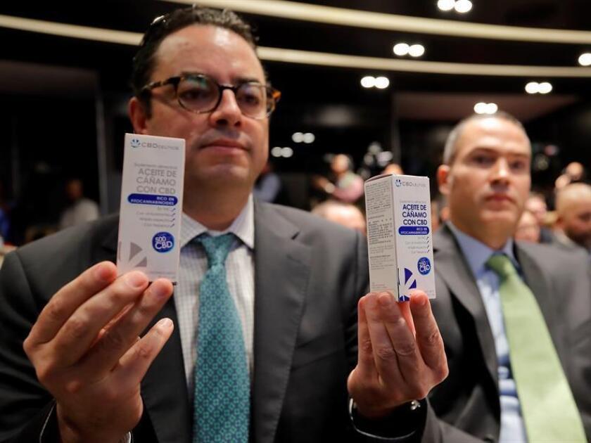El representante de la empresa CBD Science, Patricio Ballados, muestra los empaques de sus nuevos productos con Cannabidiol (CBD), derivado del cannabis, hoy, miércoles 21 de noviembre de 2018, durante un acto en Ciudad de México (México). EFE