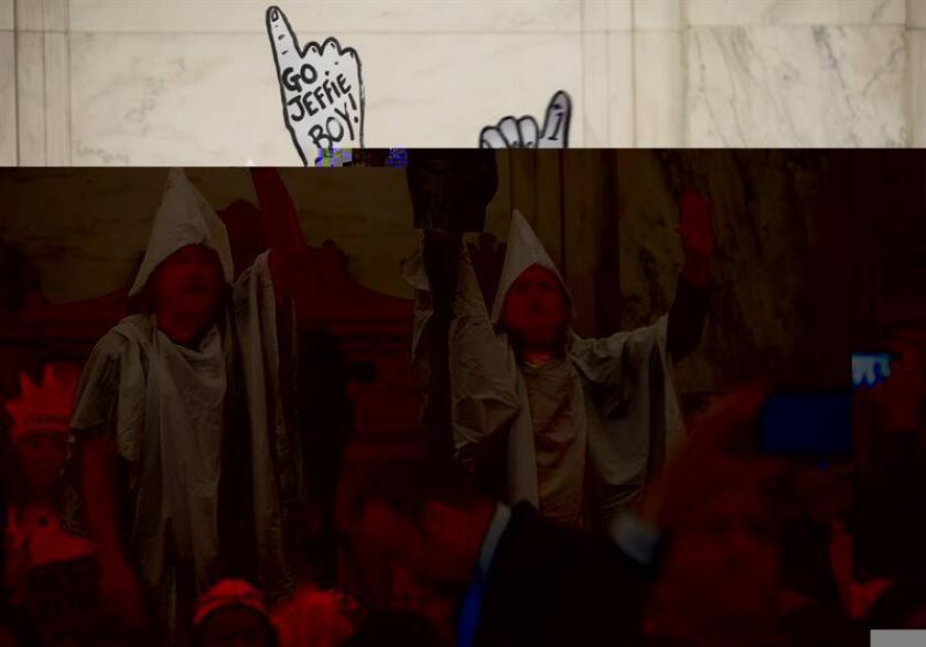 Varios manifestantes, algunos con túnicas del Ku Klux Klan, interrumpieron hoy repetidamente la declaración que el polémico senador Jeff Sessions prestó en un comité del Senado para defender su candidatura a convertirse en el futuro fiscal general del Gobierno de Donald Trump. EFE