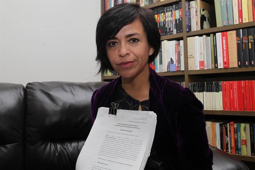 """La periodista Anabel Hernández, autora del libro """"La verdadera noche de Iguala"""", muestra unos documentos durante una entrevista con Efe en Ciudad de México. EFE/Archivo"""
