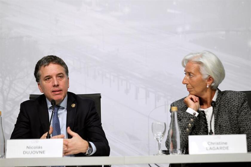 El ministro de Hacienda y Finanzas de Argentina, Nicolás Dujovne (i), junto a la directora del Fondo Monetario Internacional (FMI), Christine Lagarde, en rueda de prensa previa al inicio de la reunión de ministros de Finanzas del G20, hoy en Buenos Aires. EFE