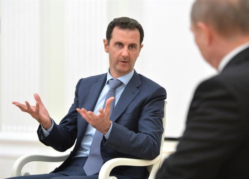 El Consejo de Seguridad de la ONU se reunirá este jueves para votar un proyecto de resolución sobre el mandato de un grupo de expertos que está investigando el uso de armas químicas en Siria, informaron hoy fuentes diplomáticas. En la imagen el presidente sirio, Bachar al-Asad (izda). EFE/ARCHIVO/POOL