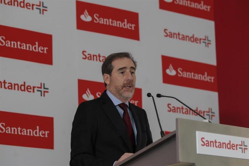 El presidente ejecutivo del Grupo Financiero Santander Héctor Grisi habla durante una rueda de prensa en Ciudad de México (México). EFE/Archivo