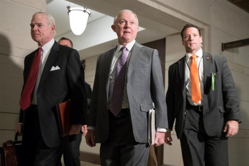 El Fiscal General estadonidense, Jeff Sessions (c), llega a una reunión con miembros del Comité de Inteligencia de la Cámara de Representantes, en el Capitolio de Washington DC, Estados Unidos. EFE/Archivo
