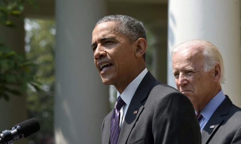 El presidente Barack Obama, acompañado por el vicepresidente Joe Biden, habla en el jardín de la Casa Blanca en Washington, el miércoles 1 de julio de 2015. Obama anunció que Estados Unidos y Cuba reabrirán sus respectivas embajadas el próximo 20 de julio.(AP Foto/Susan Walsh)