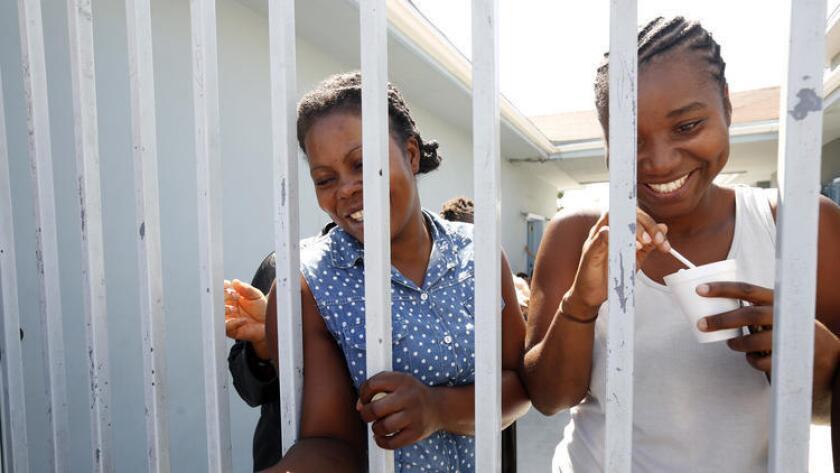 En junio pasado, mujeres haitianas esperan para ingresar a los E.UU., en un refugio para inmigrantes ubicado en Tijuana (Genaro Molina / Los Angeles Times).