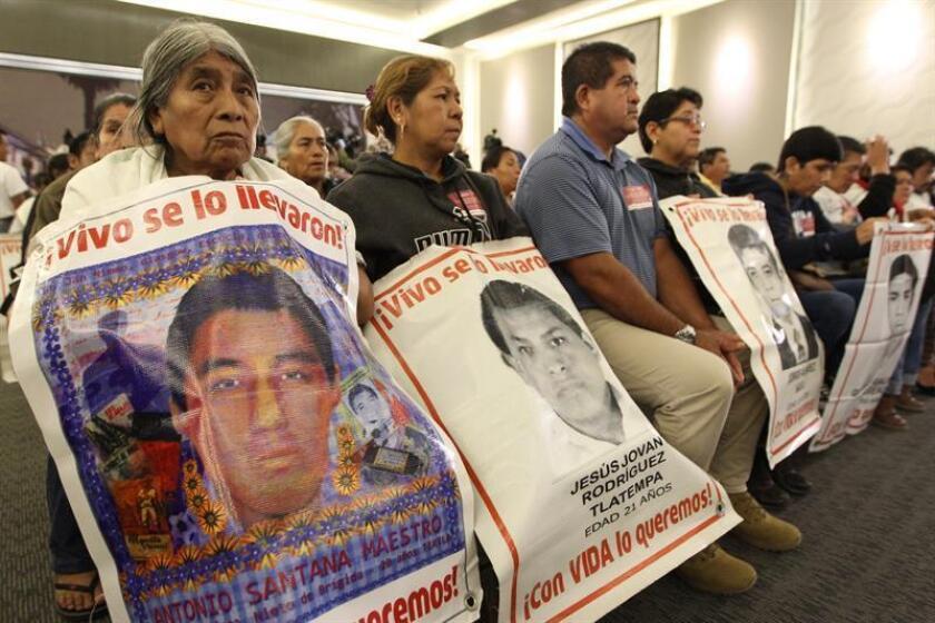 Familiares de los jóvenes desaparecidos de la normal rural de Ayotzinapa acudieron hoy a la instalación de la Comisión Presidencial para la Verdad y Acceso a la Justicia en el Caso Ayotzinapa, en Ciudad de México (México). EFE