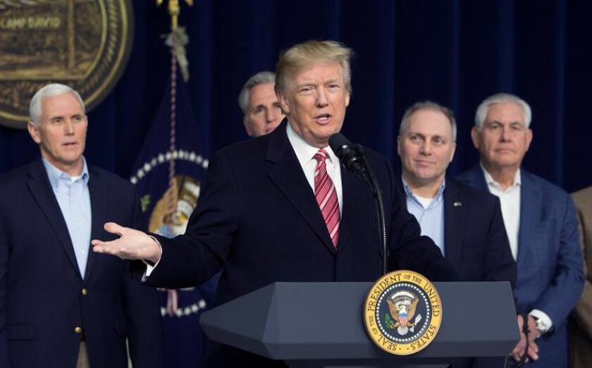 El presidente de EE.UU., Donald Trump, se reunió hoy con los líderes del Congreso en Camp David para adelantar su agenda legislativa para 2018, en la cual destaca un gigantesco plan de inversión en infraestructuras, cifrado en 200.000 millones de dólares, como su próxima prioridad en el terreno económico. EFE/EPA/POOL