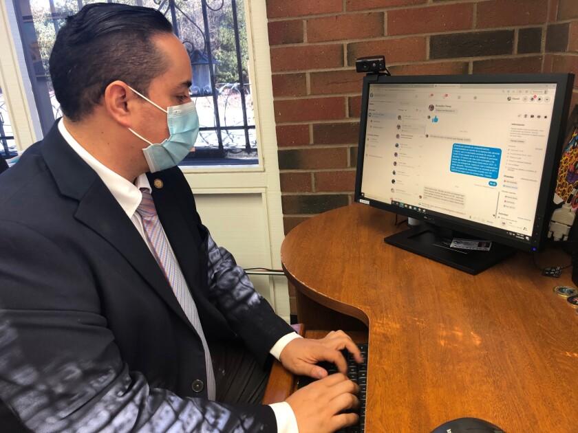 El cónsul general de Guatemala en Los Ángeles, Tekandi Paniagua, responde a uno de los mensajes.
