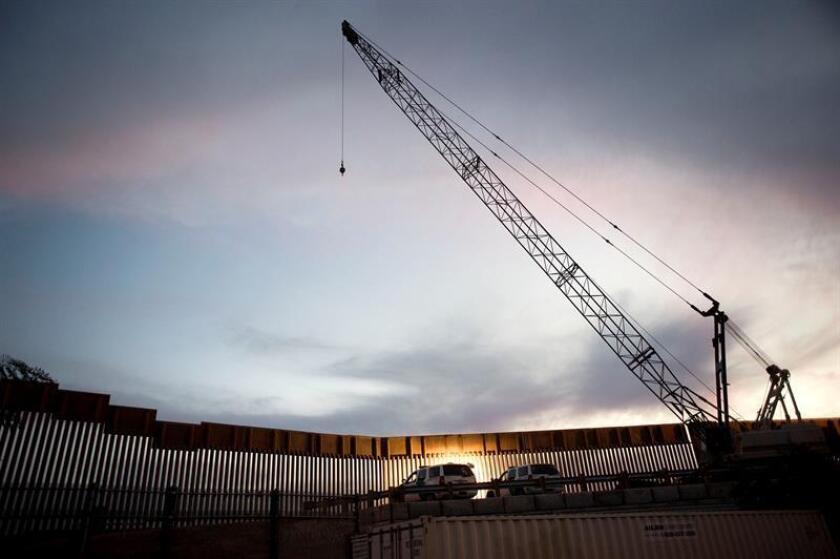 Vista de una grúa de construcción junto a una sección del muro fronterizo entre Estados Unidos y México en San Diego, California (Estados Unidos). EFE/Archivo