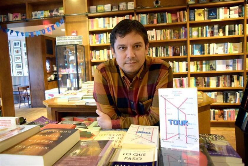 """El escritor peruano Pedro Medina León posa con ejemplares de su libro """"Tour"""" el pasado lunes, 17 de diciembre de 2018, en Miami (EE.UU.). EFE"""
