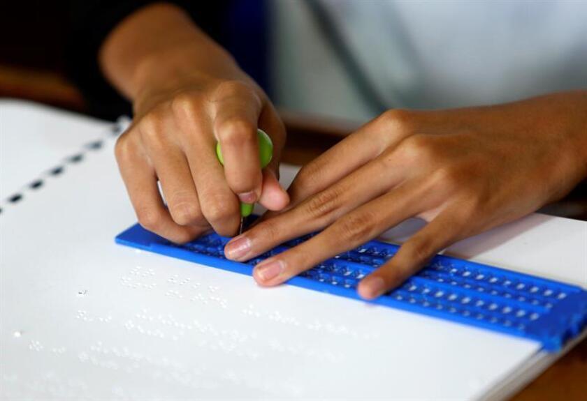 Vista de un niño que utiliza el método Braile para leer. EFE/Archivo
