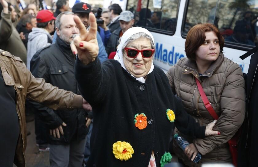 Hebe de Bonafini, presidenta de Madres de Plaza de Mayo, saluda a partidarios tras su tradicional marcha en homenaje a los desaparecidos en Buenos Aires, el jueves 4 de agosto de 2016. (AP Foto/Jorge Saenz)